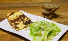 Füstölt sajt-steak mézes gyömbéres vinyegrettel locsolt jégsalátával parmezzánnal megszórva