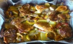 Burgonyával, citrommal és olivabogyóval sült csirke