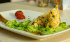 Júhtúróval töltött csirkemell brokkoli pürével