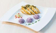 Csilis rikottával tőltőtt csirkemell lila burgonya pürével