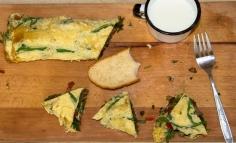 Komlóspárga omlett gombával és paprikával