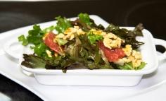 Lolo saláta rozsaszín grégrúttal, dióval