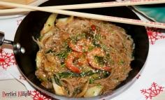 Garnélarák pak choi salátával és rizstésztával