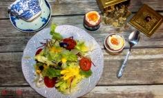 Vegyes saláta lágytojással