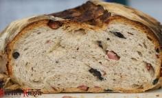Kovászos hibrid kenyér olivával és sonkával